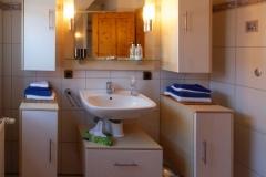 Waschbecken und Handtücher im Tageslichtbad oben